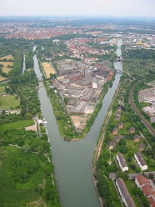 Luftbild des ehemaligen Conti-Geländes von NW.  (Autor: ballon-sz.de). Aktuellere Stände nach Abriss siehe Google Earth, Stichwort 'Hannover, Stockhardtweg'